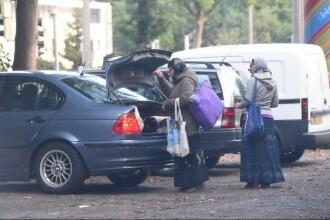 Imaginea zilei in Germania. Doua femei surprinse coborand dintr-o masina de lux inainte de a pleca la cersit
