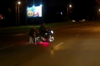 Un motociclist a oprit circulatia pe o strada ca sa ajute o batrana sa traverseze. Reactia politistilor la vederea inaginilor