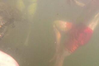 Baiat atacat de un crocodil, in timp ce inota alaturi de familia lui. Momentul a fost filmat intamplator. VIDEO