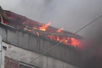Incendiu puternic in Targu Mures. O fosta fabrica de mobila a luat foc, iar flacarile s-au extins pe zeci de metri patrati