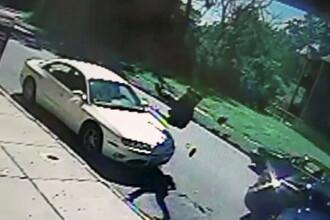 Grav accident surprins de o camera. Un barbat de 80 de ani a fost aruncat in aer de un sofer vitezoman. VIDEO