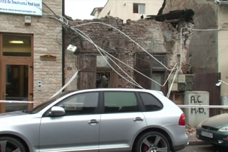 Zidul unei case vechi din Craiova s-a prabusit pe strada, in miezul zilei. Marele noroc al trecatorilor