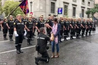 O cerere in casatorie imposibil de uitat. Momentul s-a petrecut in fata a 3.000 de soldati. VIDEO