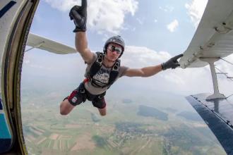 Parasutistul de 27 de ani, mort dupa ce s-a prabusit de la 3000 de metri, s-ar fi lovit de avion. A cazut cu 200 de km/ora