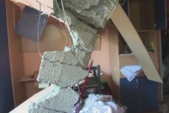 Locatarii blocului din Bistrita distrus de o explozie s-au intors in case pentru a aduna din bunuri.
