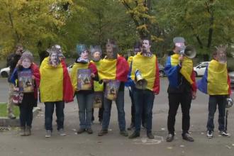 10 tineri deghizati in Alexandru Ioan Cuza, Mihai Viteazul sau Stefan cel Mare au cerut unirea Romaniei cu R. Moldova