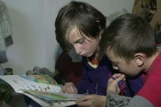 Un tata din Sibiu locuieste cu cei doi copii intr-un grajd. In ciuda greutatilor, cei mici sunt foarte buni la invatatura
