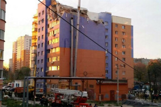 Momentul in care acoperisul unui bloc din Rusia a sarit in aer a fost surprins de camere. VIDEO