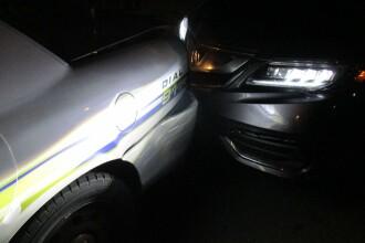 A lovit masina politiei incercand sa isi faca un selfie topless. Ce au gasit oamenii legii in suportul de pahar