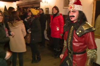 Mii de oameni din toata lumea s-au adunat sa petreaca Halloween-ul la Bran. Cat a costat distractia