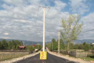 Stâlp de electricitate în mijlocul drumului. Cât a costat asfaltarea celor 3 km