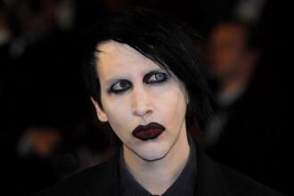 Marilyn Manson a fost rănit în timpul unui concert de un decor care a căzut peste el. VIDEO