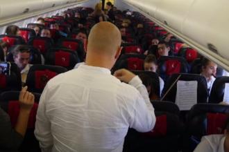 Concert în avion, pe ruta Cluj-Londra. Opt studenți din Cluj au cântat la instrumente