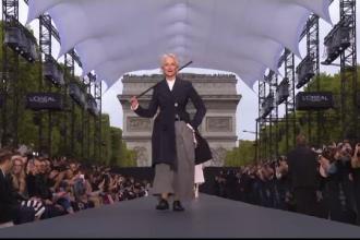 Prezentare de modă cu totul specială, pe Champs Elysee. Jane Fonda şi Hellen Mirren, pe podium