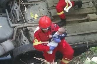 Pozele publicate de ISU după ce o mașină a căzut de la 10 metri si s-a rostogolit de mai multe ori