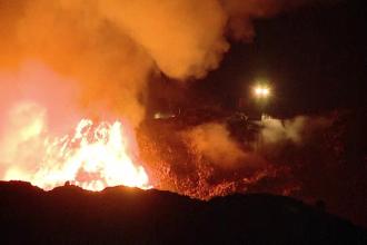 Incendiu de proporții la groapa de gunoi a Clujului. Focul a fost stins complet după 23 de ore
