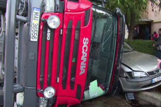 O autospecială ISU, de 1.700.000 de lei și fără CASCO, s-a răsturnat în Piteşti peste trei mașini