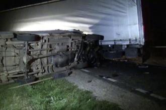 Accident în lanţ în Suceava. Doi oameni au murit după ce o dubă a lovit un TIR