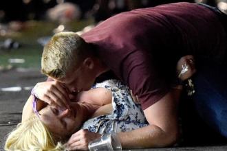 Bărbatul pozat protejând o femeie de gloanțe în Las Vegas a fost identificat. Cine e de fapt eroul