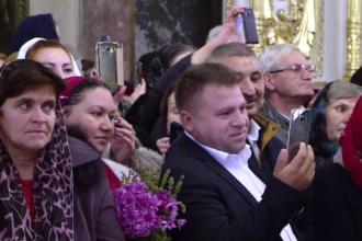 Slujbă transmisă live pe Facebook de credincioșii veniți la moaștele Sfintei Parascheva
