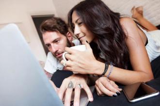 Statusul de relație pe Facebook, foarte important pentru tineri. Unii ajung la certuri