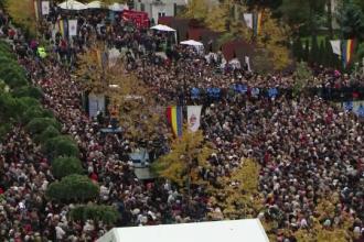 160.000 de oameni, la baldachinul Sf. Parascheva, în 5 zile de pelerinaj. Coadă de 16 ore la moaște