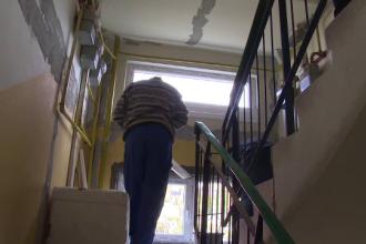 La un an de la deflagrația dintr-un bloc din Bistrița, oamenii încă nu s-au întors în case