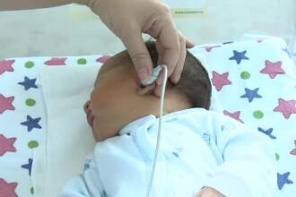 Programul care le poate oferi șansa la o viață normală bebelușilor cu probleme de auz, ignorat de autorități