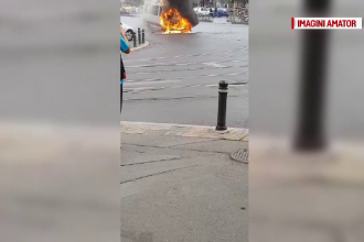 Un microbuz a luat foc în trafic, luni după-amiază, în Capitală