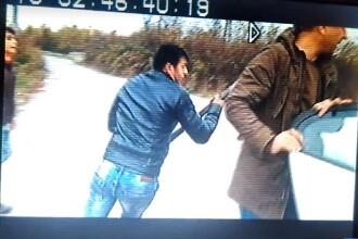 O echipă de jurnaliști a fost atacată cu bâte și topoare, pentru că filma un furt de combustibil. VIDEO