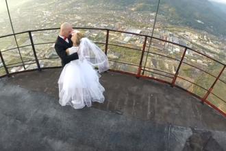 Nuntă pe cel mai înalt horn din România. Flaviu Cernescu a urcat cu mireasa la 351 de metri
