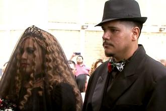 Nuntă în cimitir de Halloween. Tinerii care s-au căsătorit printre morminte