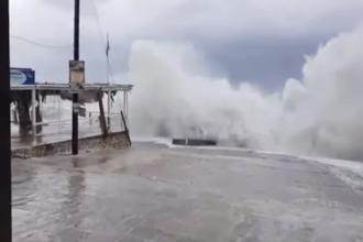 Momentul în care valuri de 8 metri lovesc malurile cu brutalitate în Grecia. 3 oameni, de negăsit