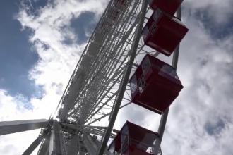 Doi americani s-au căsătorit la 150 m înălțime, în roata dintr-un parc de distracții