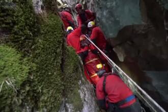 """Exercițiu în Avenul Brătei: femeie, """"salvată"""" de la 70 de metri adâncime"""