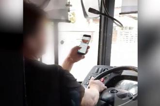 Ce a pățit un șofer de autobuz după ce a fost filmat în timp ce naviga pe internet, în trafic