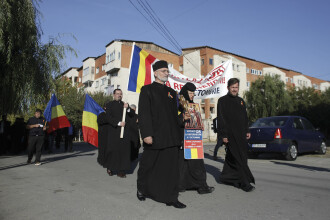 Procesiune pro-referendum pe străzile unei localități din Olt. FOTO