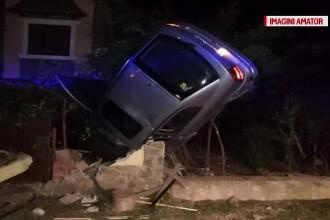 Accident uluitor în Olt. O maşină cu 3 tineri la bord s-a înfipt vertical într-un gard