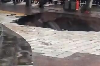 """Doi morți și doi dispăruți, după ce au fost """"înghițiți"""" de un crater uriaș apărut în asfalt. VIDEO"""