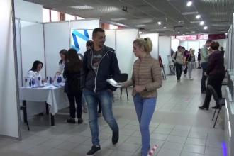 """Românii, în căutarea unor venituri mai mari la târgurile de joburi: """"Dăm salariu mic, dar avem prime"""""""