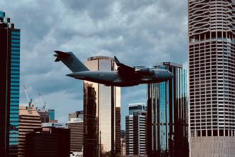 """Momentul șocant în care un avion survolează printre clădirile înalte. """"Putea duce la un nou 9/11"""""""