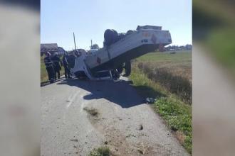 Pericol de explozie. O camionetă încărcată cu 100 de butelii s-a răsturnat