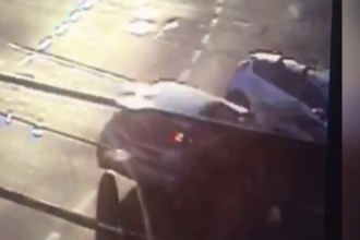 Accident filmat în Timișoara. O șoferiță s-a răsturnat cu mașina după o manevră riscantă