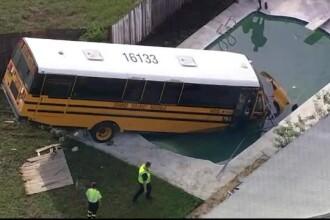 Un autobuz şcolar, cu 9 elevi în el, a ajuns într-o piscină. Șoferul a evitat un alt accident