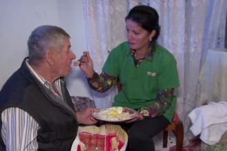 Bătrânii și copiii nevoiași ajutați de un centru social unic în România