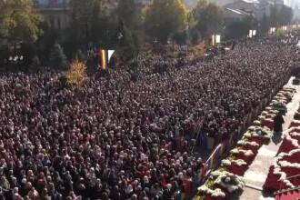 Zeci de mii de oameni așteaptă câte 12 ore la rând ca să se închine la moaștele de la Iași