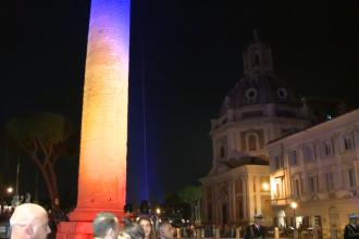 Columna lui Traian din Italia, iluminată în culorile Drapelului României, în prezența lui Klaus Iohannis. VIDEO