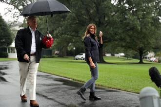 Gafă făcută de Donald Trump. Și-a lăsat soția în ploaie, în timp ce el se proteja cu o umbrelă. VIDEO