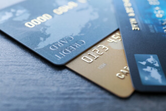 Un român a găsit 2 carduri pe jos și a mers să scoată banii de pe ele. Ce a pățit