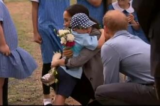 Prințul Harry și Meghan Markle, îmbrățișați cu foc de un băiețel, în Australia